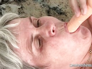 Horny gilf pleases herself